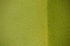 Mur vert de plâtre avec le dos faisant le coin de texture Images libres de droits