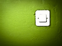 Mur vert rayé de peinture avec le commutateur Images libres de droits