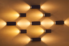 Mur vide avec beaucoup de lampes décoratives de couleur orange Photographie stock