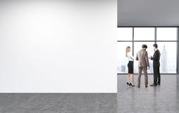 Mur vide dans le bureau non meublé Photo libre de droits