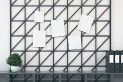 Mur vide de wireframe avec des papiers Images libres de droits
