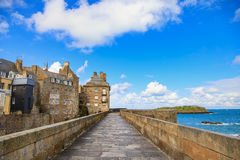 Mura di cinta, case e spiaggia di Saint Malo. Bretagna, Francia. Immagini Stock Libere da Diritti