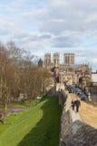 Mura di cinta famosi di York Regno Unito con la gente che cammina in Yorkshire storico Inghilterra verso York Minster fotografia stock