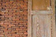 Mura di mattoni e finestre di legno Fotografia Stock