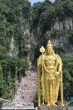 Muragan阁下金黄雕象黑风洞印度寺庙入口的在吉隆坡,马来西亚附近的 免版税库存照片