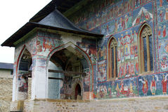Mural έργα ζωγραφικής εκκλησιών Sucevita και κύρια είσοδος Στοκ Φωτογραφία