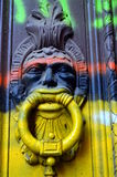 Mural colorido en el golpeador de puerta Imagen de archivo