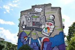Mural con el reproductor de casete que camina gigante en Varsovia Fotografía de archivo
