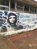 Mural de Che Guevara en una escuela en Cuba imagenes de archivo