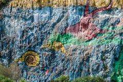 Mural DE La Prehistoria The Muurschildering van Voorgeschiedenis schilderde op een klippengezicht in de Vinales-vallei, Cuba stock foto
