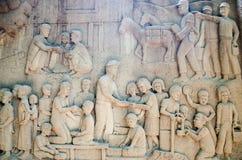 Mural de talla tailandés complejo - gente tailandesa de la ayuda de la actividad del rey Imagen de archivo