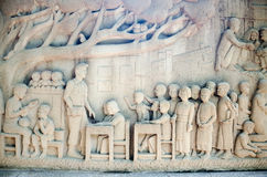 Mural de talla tailandés complejo - gente tailandesa de la ayuda de la actividad del rey Fotografía de archivo