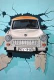 Mural del coche trabante que se rompe a través de Berlin Wall Fotografía de archivo libre de regalías