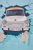 Mural del muro de Berlín del trabante icónico Imagenes de archivo