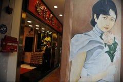 Mural en una pared en Chinatown en Singapur Foto de archivo