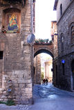 Mural religioso y callejón romántico, Perugia, Italia Fotografía de archivo