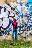 Murale di arte della via del ragazzo sulla parete a Tallinn, Estonia fotografie stock