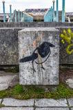 Murale di arte della via dell'uccello sulla parete a Tallinn, Estonia immagine stock