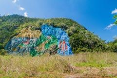 Murale di Mural de la Prehistoria The di preistoria dipinto su un fronte della scogliera nella valle di Vinales, Cuba fotografia stock