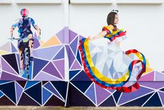 Murales Kolumbiens Tunja, die einen Radfahrer und einen Tänzer darstellen stockfotos