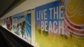 Murali turistici che promuovono Clearwater e st Pete Beach ad Orlando International Airport