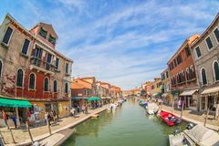 MURANO,意大利- 2017年9月:Murano,威尼斯,夏季的意大利 海岛的看法从其中一座的有鱼的桥梁 库存图片