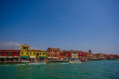 MURANO,意大利- 2015年6月16日:一点色的房子全景Murano的河边界的,通过的小船  库存照片