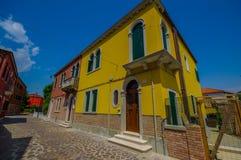 MURANO,意大利- 2015年6月16日:在一个美丽的胡同初的黄色pinturesque房子有色的房子的 免版税库存图片