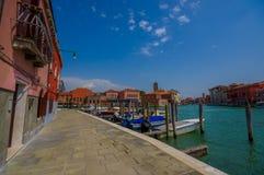 MURANO,意大利- 2015年6月16日:海的边缘的,港口视图历史和传统建筑学房子与 免版税图库摄影