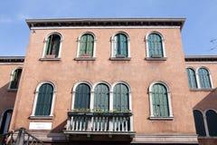 MURANO,意大利- 2016年8月19日:著名建筑纪念碑和老中世纪大厦特写镜头五颜六色的门面8月的 免版税库存图片