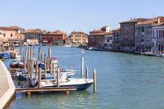 Murano ö, sikt på kanalen i mitt av staden, färgrika hus, Venedig, Italien Royaltyfria Bilder