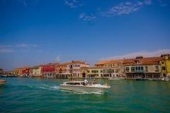 MURANO, ΙΤΑΛΊΑ - 16 ΙΟΥΝΊΟΥ 2015: Θεαματική άποψη της πόλης Murano από τη θάλασσα, παραδοσιακό arquitecture με μια βάρκα Στοκ Εικόνες