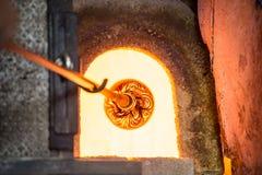 Murano exponeringsglas-blåsa fabrik Glass blåsare som bildar den härliga pajen arkivfoton