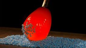 Murano exponeringsglasteknik i process: järnstång med fäst exponeringsglasobjekt, når att ha blåst i panna för att som tillfogar  arkivfoton