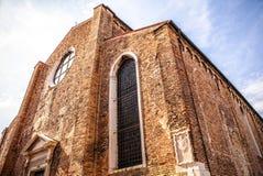 MURANO, ITALIA - 19 DE AGOSTO DE 2016: Monumentos arquitectónicos famosos y fachadas coloridas del primer medieval viejo de los e Foto de archivo libre de regalías