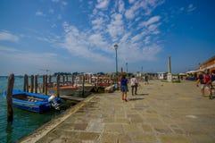 MURANO, ITALIE - 16 JUIN 2015 : Plancher gentil de brique au port en bois de Murano, les gens autour Image stock