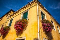 MURANO ITALIEN - AUGUSTI 19, 2016: Berömda arkitektoniska monument och färgrika fasader av den gamla medeltida byggnadsnärbilden Royaltyfria Bilder