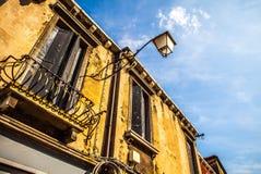 MURANO ITALIEN - AUGUSTI 19, 2016: Berömda arkitektoniska monument och färgrika fasader av den gamla medeltida byggnadsnärbilden Arkivfoton