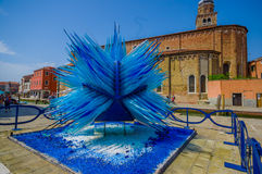 MURANO, ITALIEN - 16. JUNI 2015: Glasskulptur mitten in Murano-Insel, Hauptfertigungsjob im Blau Lizenzfreie Stockfotografie