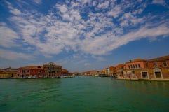 MURANO ITALIEN - JUNI 16, 2015: Murano panoramautsikt från ett fartyg utanför på vatten, spektakulär himmel med moln in Royaltyfri Fotografi