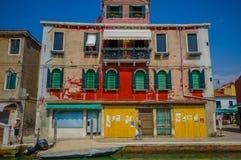 MURANO ITALIEN - JUNI 16, 2015: Trevligt colorfullhus i Murano, traditionell architecure med olika färger, fartyg utanför Royaltyfria Bilder