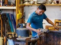 Murano Italien - Oktober 07: Den okända glass tillverkaren som tillverkar glass skulptur i Murano exponeringsglas, shoppar Fotografering för Bildbyråer