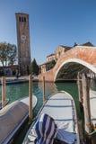 Murano - opinião os barcos e o Ponte San Donato Foto de Stock