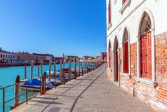 Murano Venezia, Italia - 26 marzo 2019: Bella vista del canale con le case variopinte sull'isola di Murano fotografia stock libera da diritti
