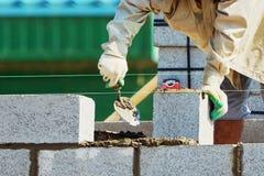 Murare på att lägga tegelstenar Royaltyfri Foto