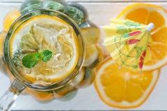 Murarekrus av hemlagad lemonad med mintkaramellen och is arkivfoto