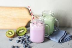 Murarekrus med läckra milkshakar och ingredienser royaltyfri foto