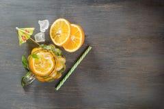 Murarekrus per exponeringsglas av hemlagad lemonad med mintkaramellen och is royaltyfri foto
