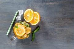 Murarekrus per exponeringsglas av hemlagad lemonad med mintkaramellen och is arkivbilder