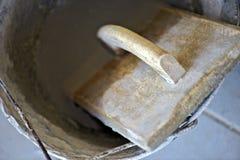 Murarz kielnia używać w miejscu pracy Obrazy Royalty Free
